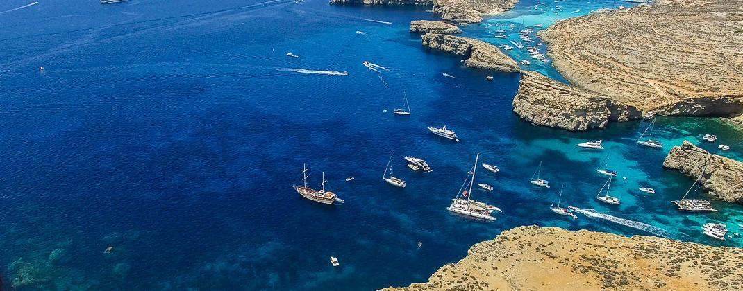 Statki przy wyspie Comino