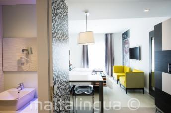 Łazienka i pokój dzienny w hotelu Valentina
