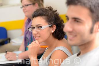 Uczniowie słuchający lekcji