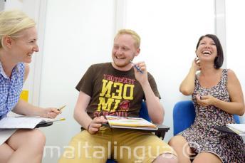 Uśmiechnięci uczniowie świetnie się bawią podczas lekcji angielskiego