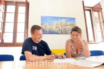 Nauczyciel podczas prywatnych lekcji języka angielskiego w naszej szkole na Malcie.