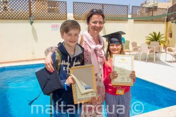 Matka z jej 2 dzieci, które ukończyły kurs językowy