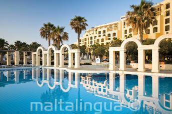 Basen odkryty w hotelu Hilton w St Julians, Malta