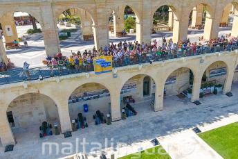 Machający uczniowie na Upper Barrakka, Valletta