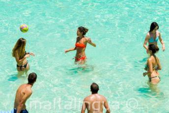 Młodzież grająca w siatkówkę w Blue Lagoon na Malcie