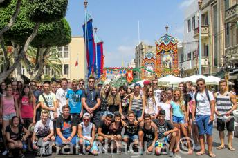 Uczniowie szkoły języka angielskiego na festynie na Malcie
