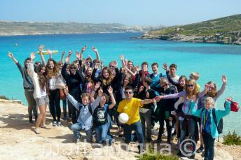 Grupa ucznów języka angielskiego na wycieczce w Comino, Malta