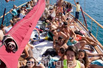 Uczniowie opalający się na pokładzie statku
