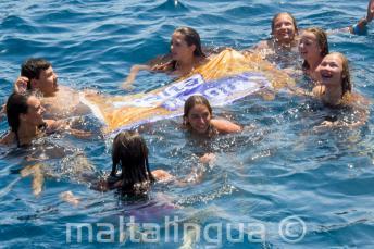 Anglojęzyczni liderzy grup pływający z uczniami języka angielskiego