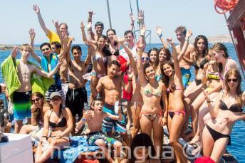 Grupa uczniów języka angielskiego na wycieczce na statku