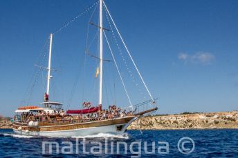 Nasz statek Maltalingau w drodzę do Comino