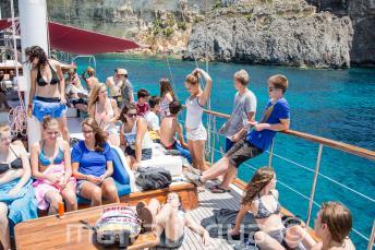 Uczniowie relaksujący się na pokładzie