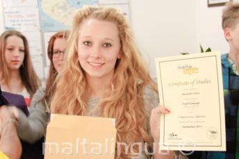 Uczniowie języka angielskiego ze świadectwem ukończenia kursu