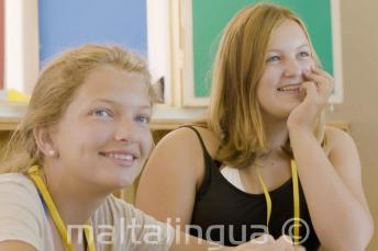 Uczniowie słuchający nauczyciela