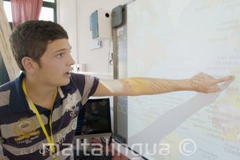 Uczeń pokazujący coś na mapie