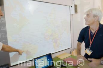 Nauczyciel języka angielskiego spoglądający na tablicę