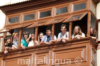 Młodzi kursanci na szkolnym balkonie