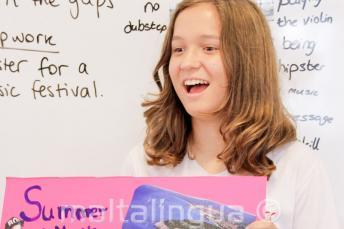 Uczennica prezentująca temat po angielsku