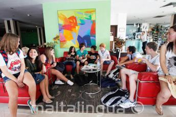 Uczniowie języka angielskiego w lobby w szkolnej rezydencji