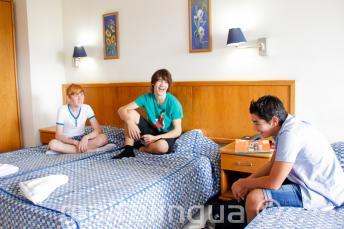 3 nastolatków w pokoju w szkolnej rezydencji