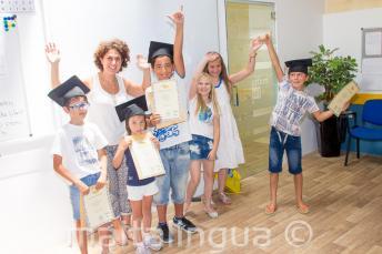 Dzieci z certyfikatami ukończenia kursu języka angielskiego
