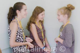 3 dzieci w szkole dla młodzieży