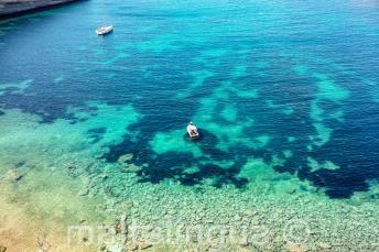 Widok na zatokę na Malcie z czystą wodą