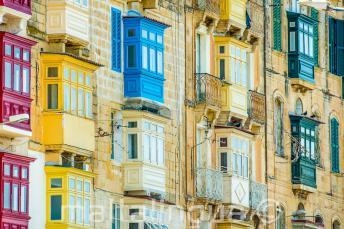 Wiele kolorowych balkonów na Malcie