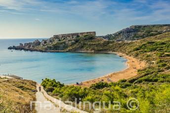 Panorama piaszczystej plaży w Mellieha, Malta