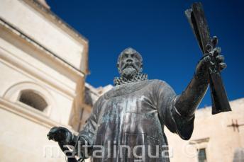 Posąg na Malcie trzymający włócznie