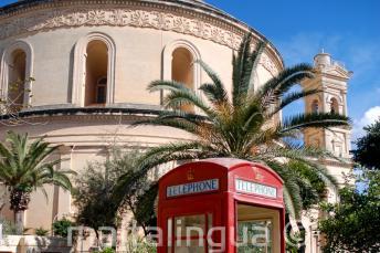 Czerwona budka telefoniczna tuż przy Rotundzie w Moście