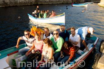 Kursanci gotowi na wycieczkę łodzią do Blue Grotto.