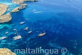 Zdjęcie wycieczki statkiem na Comino zrobione z powietrza