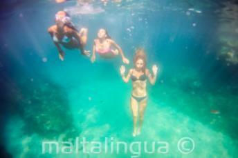 3 przyjaciół pływa pod wodą