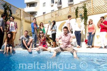Studenci spędzają czas nad basenem