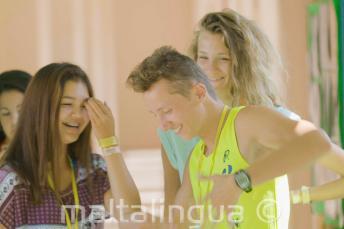 Tańczący i śmiejący się uczniowie podczas przerwy