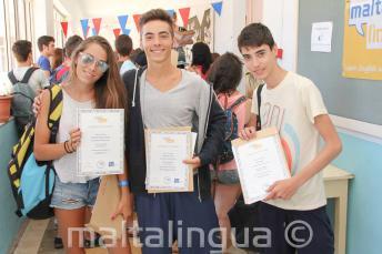 3 uczniów z certyfikatami