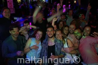 Grupa pracowników oraz kursantów szkoły języka angielskiego na clubbingu w Paceville