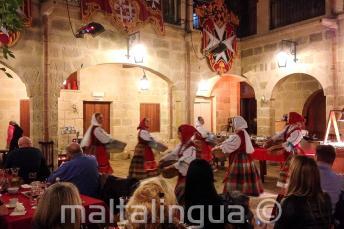 Tradycyjni maltańscy tancerze w restauracji