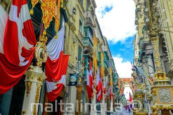Ulica w Vallettcie, Malta ozdobione flagami