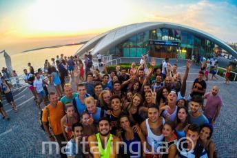 Kursanci szkoły angielskiego wybierają się na imprezę do Cafe del Mar