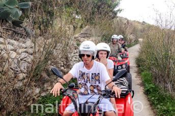 Kursanci podczas wycieczki quadami na Gozo
