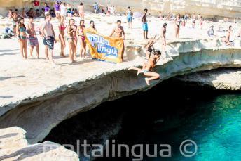 Szkoła Języka Angielskiego Maltalingua skacze do wody w St Peter's Pool