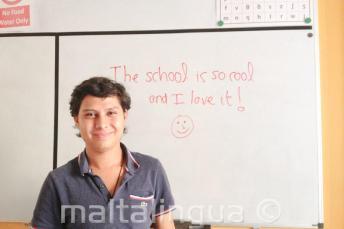 Kursant, który napisał pozytywną opinię o szkole na tablicy