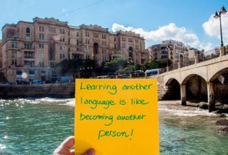 Nauka nowego języka jest jak stanie się nowym człowiekiem. W Balluta Bay, St Julians