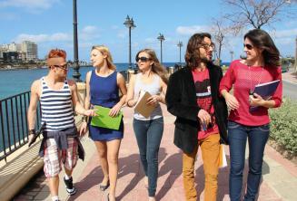 Kursanci praktykujący angielski po zajęciach w St Julians Bay, Malta