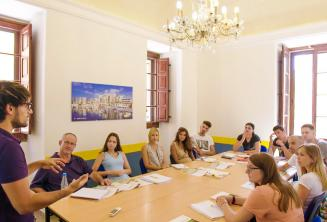 Nauczyciel języka angielskiego mówi do klasy pełnej uczniów.