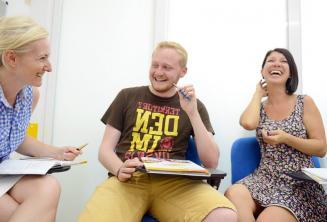 Uśmiechnięci uczniowie i zadowoleni uczniowie w klasie