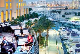 Wyjątkowy balkon z widokiem na przystań jachtową w hotelu Hilton