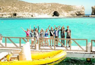 Grupa uczniów w Blue Lagoon, Comino